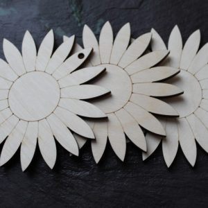 DAISY EMBELLISHMENT SHAPE PLAQUE